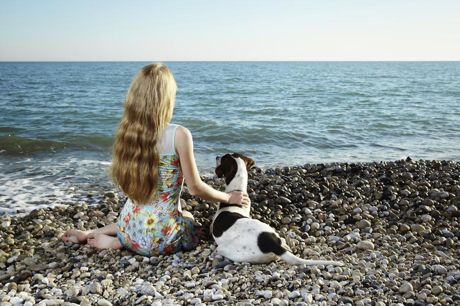 ragazza con cane a mare